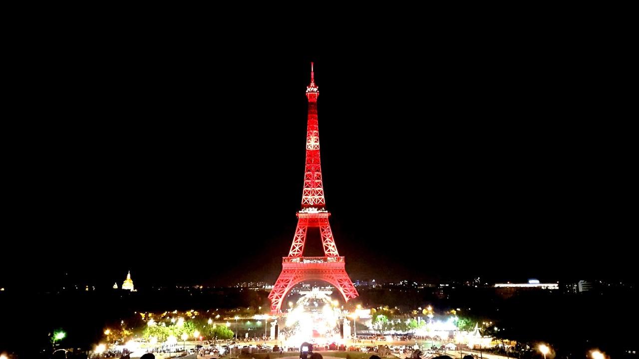 La Tour Eiffel aux couleurs duJapon